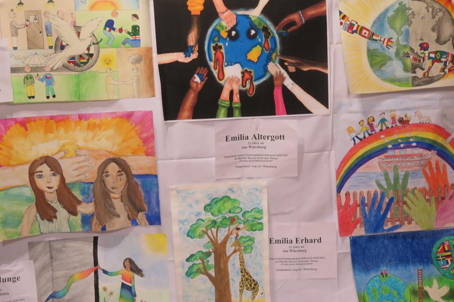 Plakate vom Friedenplakatwettbewerb